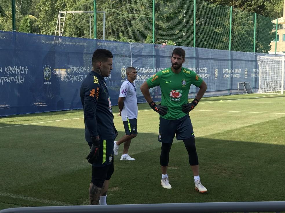 No top 3 dos goleiros mais valorizados, Alisson e Ederson vêm defendendo a Seleção nas últimas convocações — Foto: Alexandre Lozetti