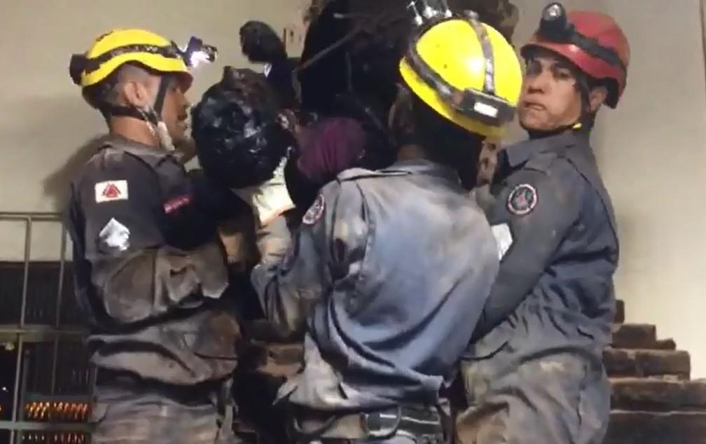 Ladrão fica preso em chaminé durante tentativa de furto a churrascaria — Foto: Julio Cesar Pereira/Estação News