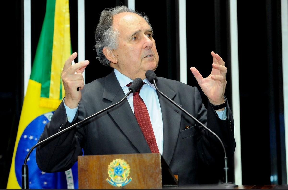 Cristovam Buarque anuncia licença do mandato de senador para avaliar candidatura à Presidência