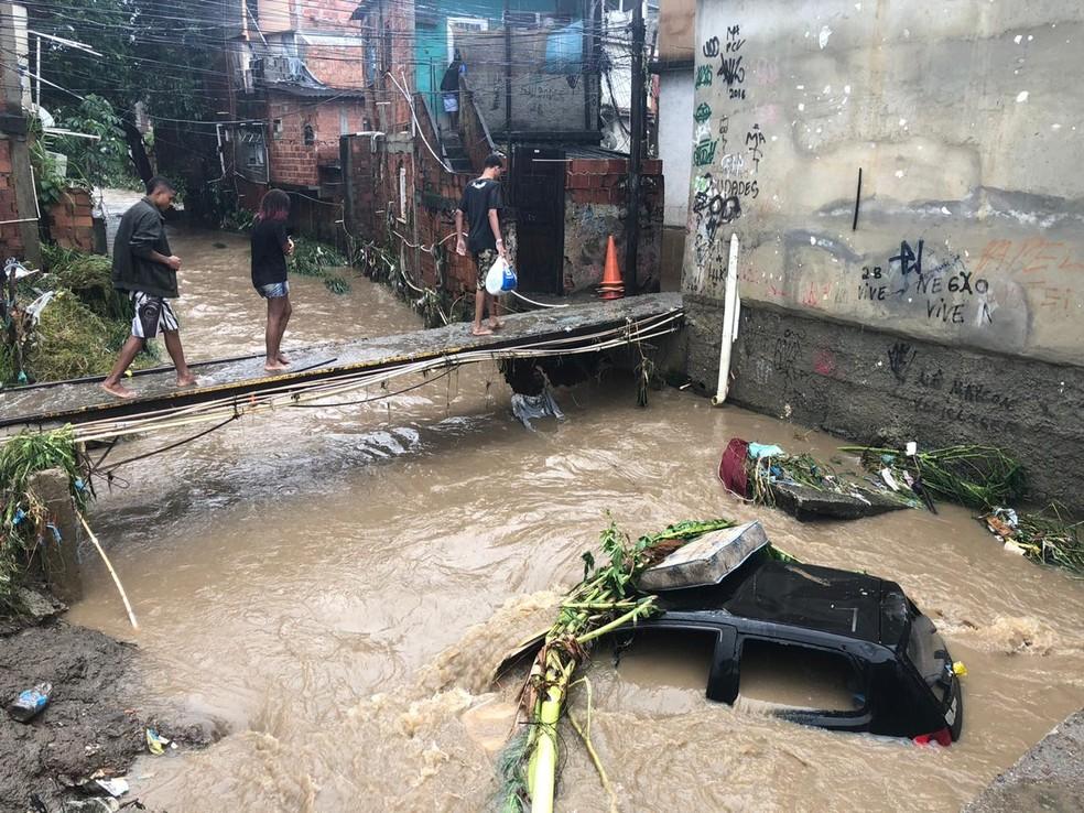 Carro fica submerso em Realengo por causa da chuva — Foto: Julia Arraes/GloboNews