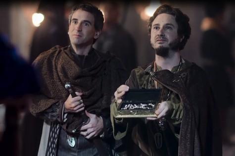 Daniel Warren e Leandro Daniel como Orlando e Petrônio em 'Deus salve o rei' (Foto: Reprodução)