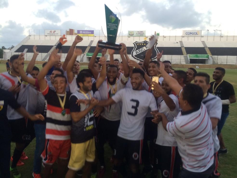 Força e Luz ergue troféu de campeão da segunda divisão (Foto: Hugo Monte/GloboEsporte.com)