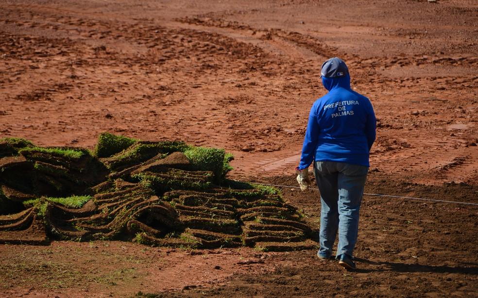Equipes da prefeitura vão precisar colocar novo tapete de grama no local — Foto: Lucas Estêvão/Prefeitura de Palmas