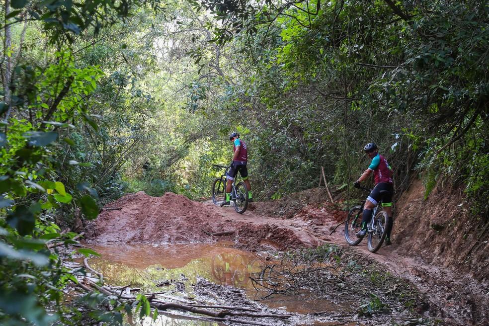 Lamaçal foi perrengue enfrentado pela equipe no início do dia — Foto: Gustavo Lovalho / Sense Bike