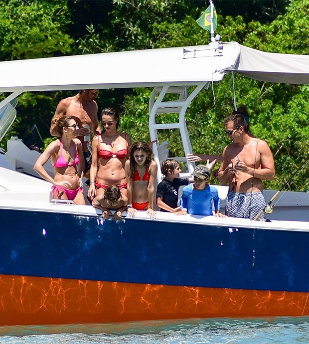 Alessandra Ambrosio is a boat ride by the river in the city of Florianópolis (Foto: Agnews)