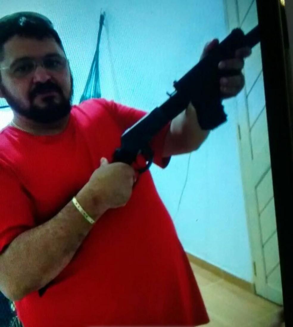 Foto de Wilson Jales empunhando armas está anexada aos inquéritos que apuram os assassinatos dos quais ele é suspeito de ser o mandante — Foto: Cedida/Polícia Civil