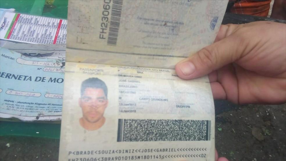 Passaporte de Gabriel Diniz encontrado em local de queda de avião — Foto: Reprodução/Jornal Hoje