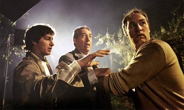 O produtor teven Spielberg, Craig T. Nelson e James Karen em gravações de Poltergeist (1982) (Foto: Divulgação/Warner Bros)