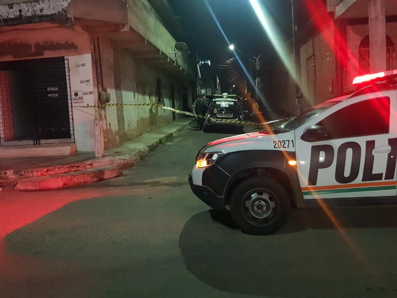 Suspeitos em motocicleta perseguem e matam homem a tiros em rua de Fortaleza
