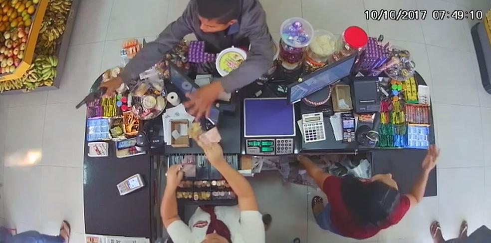 Trecho do vídeo que mostra agente reagindo a assalto (Foto: Reprodução)