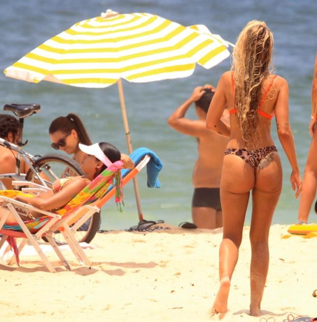 Yasmin Brunet curte praia de Ipanema com amigos (Foto: AgNews/J. C. Pereira)