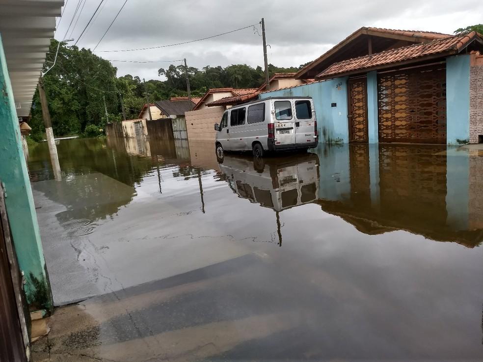 Dia amanheceu nublado em Caraguá e preocupa moradores; foto mostra rua no Travessão, em Caraguá — Foto: Ana Maria Galdino/Vanguarda Repórter