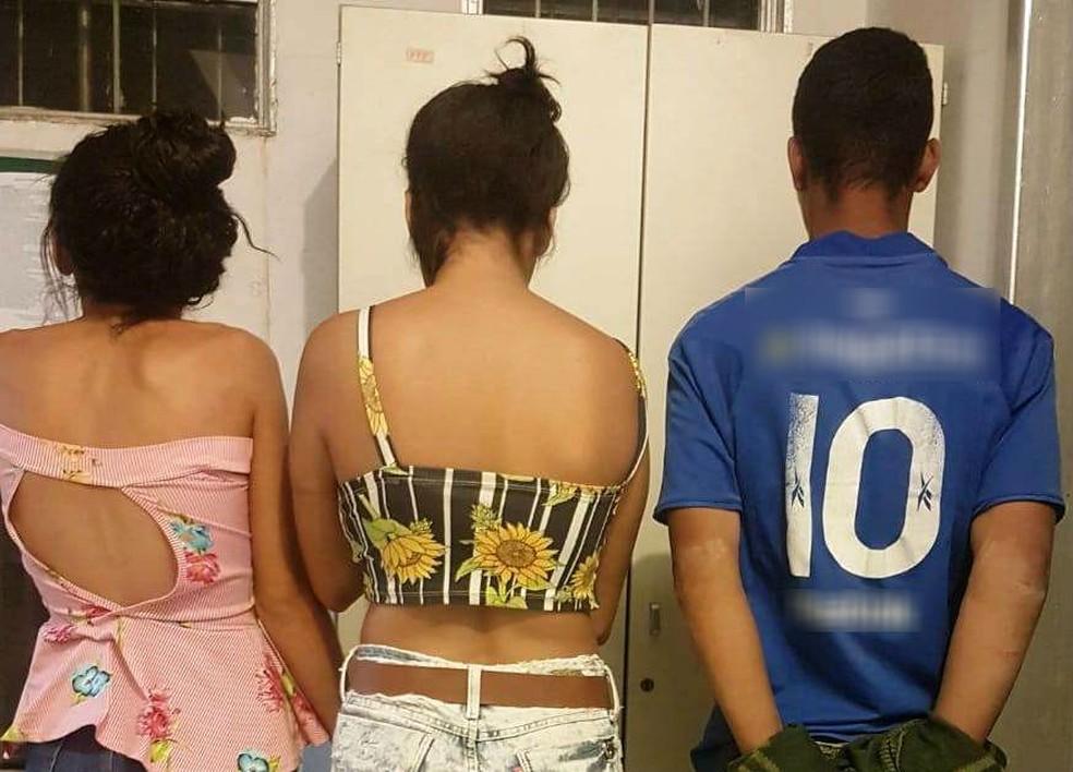 Maiores de idade presos pela PM na Vila castelo Branco — Foto: Polícia Militar/Divulgação