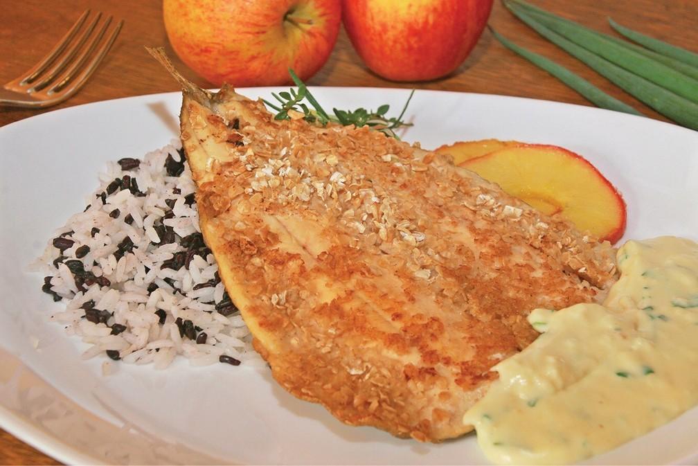 Truta com crosta de aveia e molho de cebolinha, arroz branco e selvagem e maçã grelhada — Foto: Simone Gonçalves