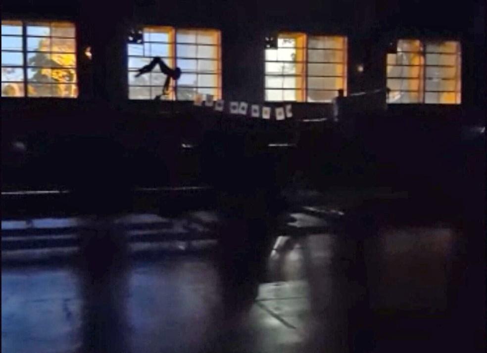 Atletas do Greip da Penha treinam no escuro — Foto: Reprodução/TV Globo