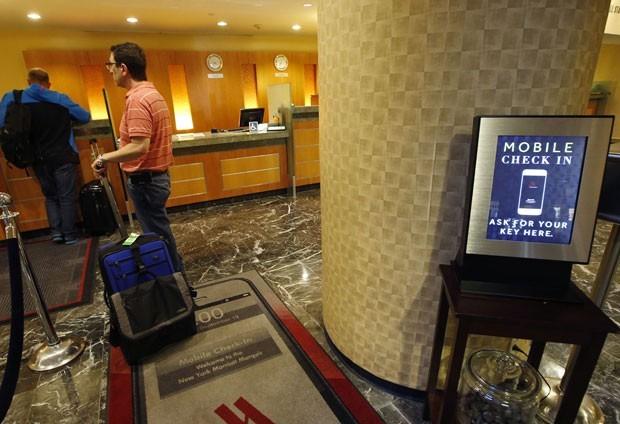 Recepção de hotel em Nova York; hóspedes podem fazer o check-in online e pegar a chave sem fila (Foto: Kathy Willens/AP)