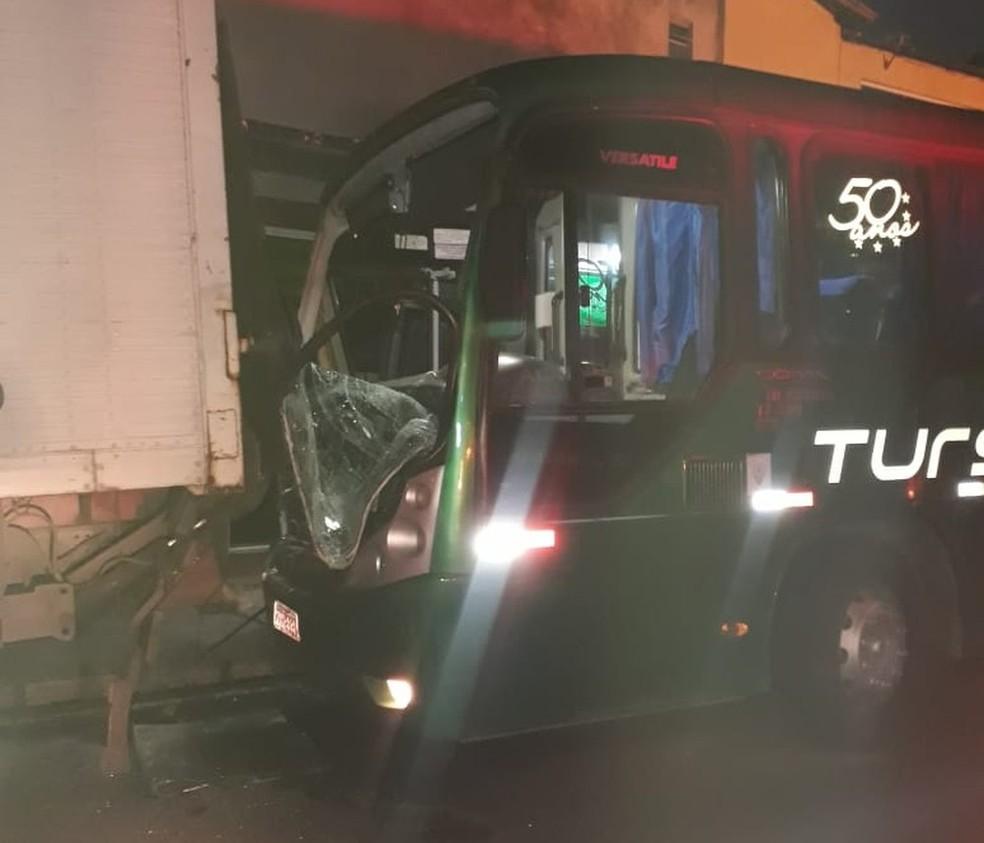 Ônibus ficou com o para-brisas quebrado — Foto: Reprodução/Redes sociais