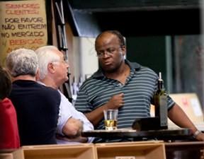 O ministro do STF, Joaquim Barbosa, que está de licença médica, em um bar na Asa Sul, em Brasília, ontem (7). (Foto: Ed Ferreira/AE)