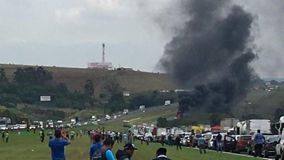 Caminhão-tanque carregado com chorume pega fogo e interdita a Rodovia dos Bandeirantes - G1