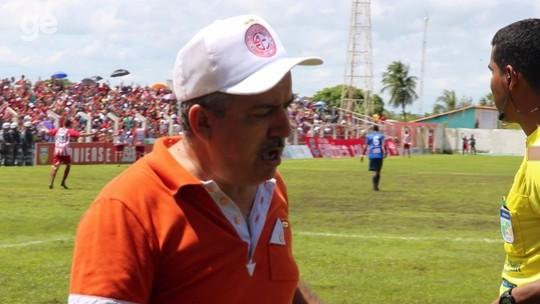 """Árbitro narra invasão de presidente de clube em campo após gol: """"Vou sair quando quiser"""""""