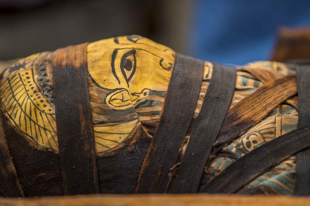 Múmia exibida durante coletiva de imprensa na necrópole de Saqqara, 30 quilômetros ao sul do Cairo, no Egito, neste sábado (3) — Foto: Khaled Desouki/AFP