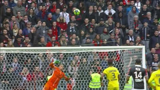 Quase! Balotelli bate colocado, mas bola vai por cima do gol aos 36' do 1º tempo