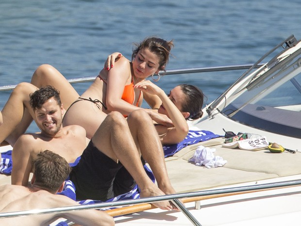Selena Gomez em Sidney, na Austrália, com amigos (Foto: The Grosby Group)