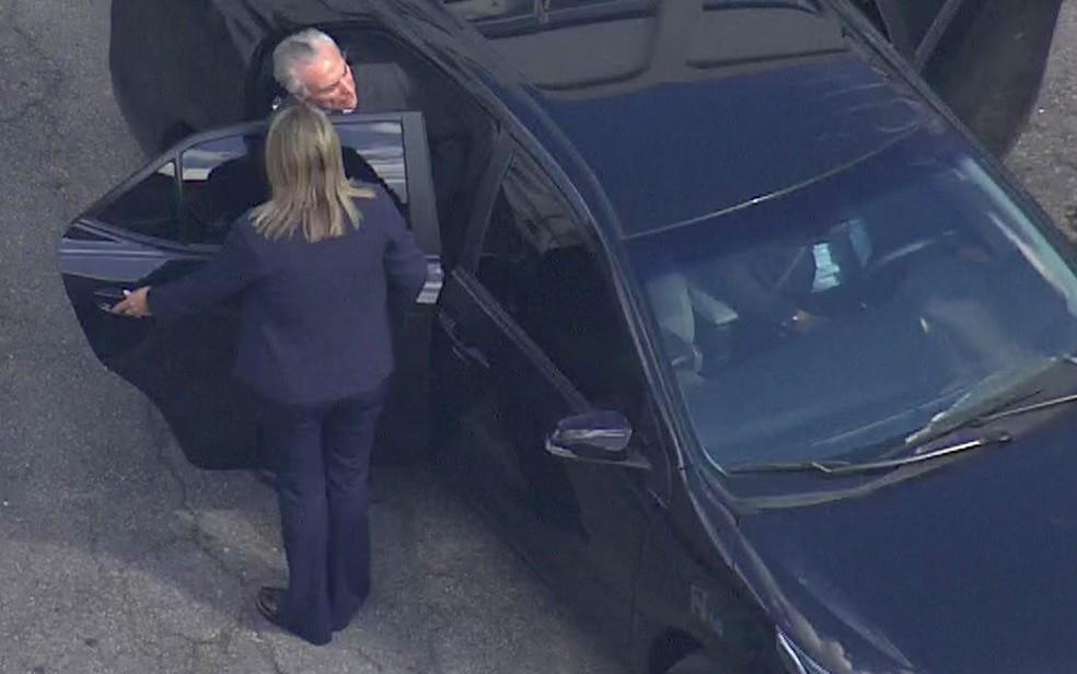 Michel Temer entra no carro para deixar batalhão onde ficou preso em São Paulo — Foto: GloboNews/Reprodução