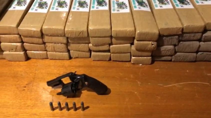 Homens flagrados com droga em Contagem oferecem dinheiro a policiais para não serem presos