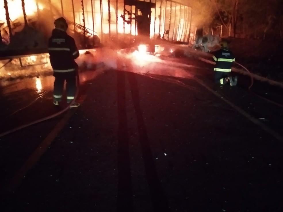Bombeiros gastaram 20 mil litros de água para conter às chamas — Foto: Corpo de Bombeiros/ Divulgação