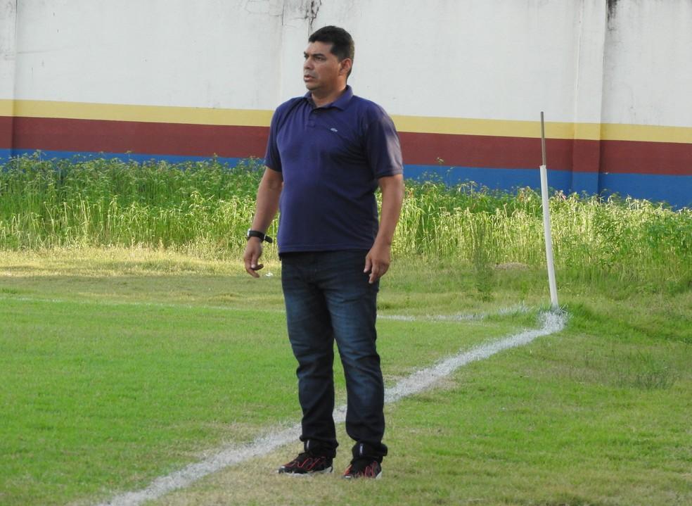 Marquinhos Piter, técnico do Grêmio Atlético Sampaio (GAS) — Foto: Lucas Luckezie