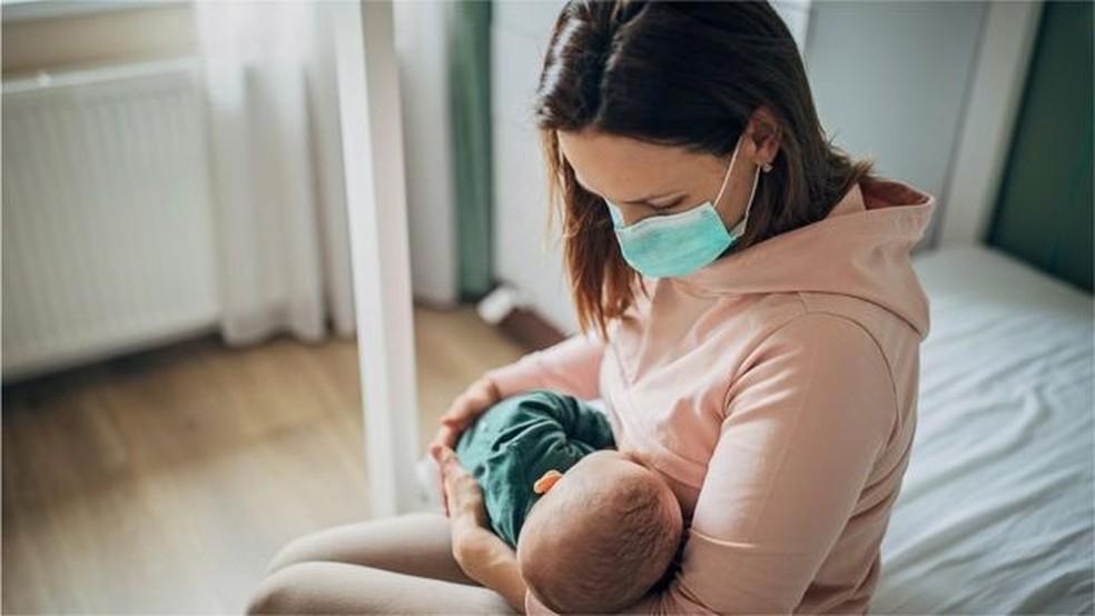 De acordo com a OMS, não há, ainda, nenhuma evidência de que mulheres lactantes ou seus bebês corram risco elevado de covid-19 grave — Foto: Getty Images via BBC