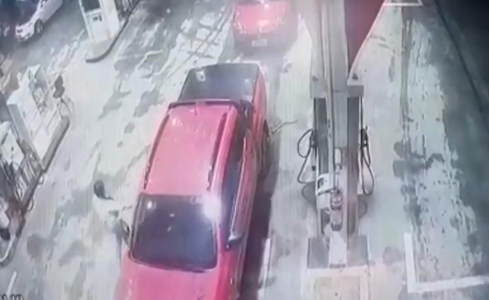 Imagem mostra Gabriela entrando no carro do ex-companheiro, suspeito do crime, no dia em que foi dada como desaparecida.  — Foto: Reprodução/TV Subaé