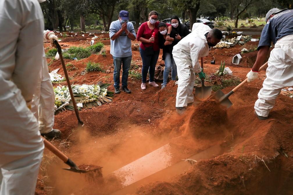 13 de maio - Enterro no cemitério da Vila Formosa, em São Paulo, durante pandemia de coronavírus (COVID-19) — Foto: Amanda Perobelli/Reuters