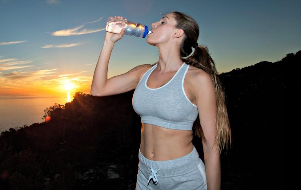 Deve-se ingerir água antes, durante e depois das atividades (Foto: Getty Images)