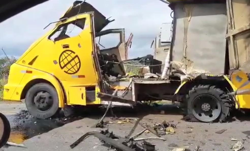 Criminosos explodem carro-forte na BR-235, no norte da Bahia — Foto: Reprodução/Redes Sociais
