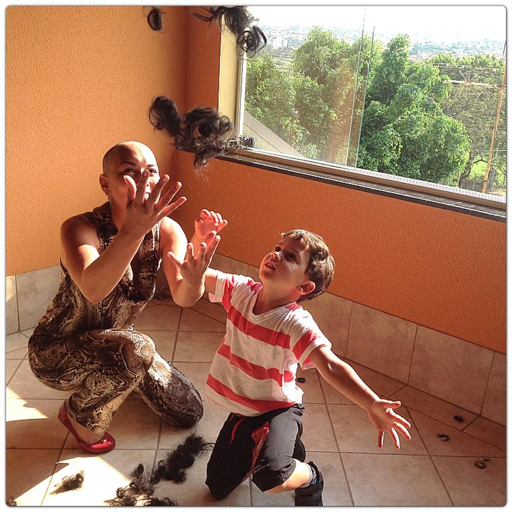 Aline Wega raspou o cabelo junto com o filho Igor, no diagnóstico da leucemia (Foto: Aline Wega/ Arquivo Pessoal )