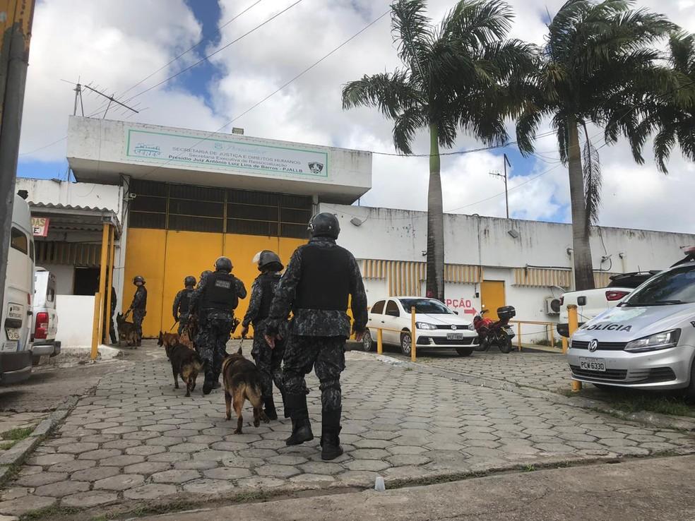 Policiais com cães entraram no Pjalb após  briga que terminou com um morto e dez feridos, em maio de 2019 — Foto: Marina Meireles/G1