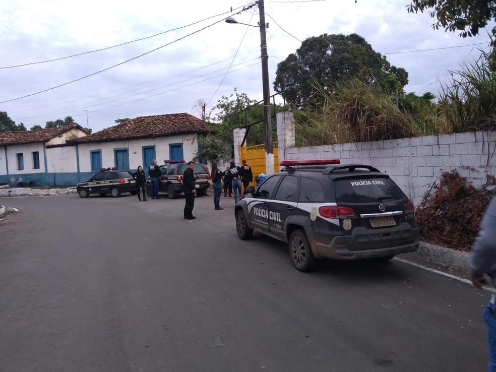 Polícia em frente à clínica, em Prudente de Morais, na Região Central de MG  — Foto: Reprodução/Redes sociais