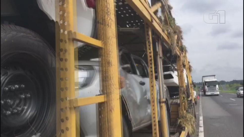 Carros ficaram destruídos após caminhão tombar na Rodovia Régis Bittencourt  — Foto: G1 Santos
