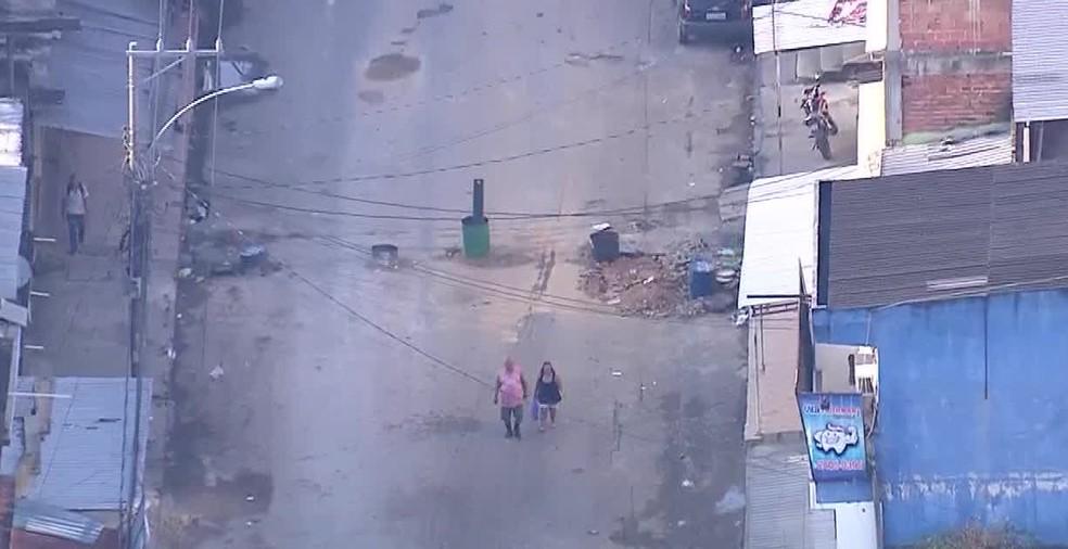 Barricadas foram recolocadas em ruas da Vila Kennedy, no Rio de Janeiro. (Foto: Reprodução/ TV Globo)