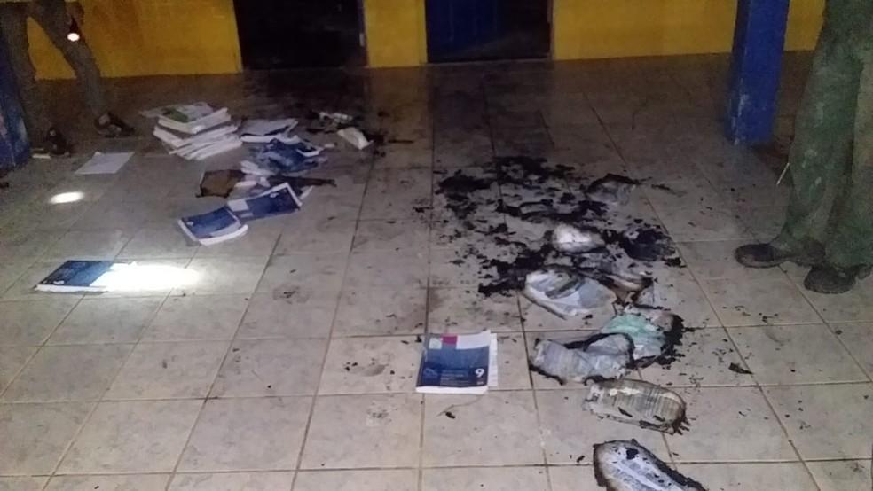 Livros incendiados em escola de Careiro Castanho, no interior do Amazonas — Foto: Reprodução
