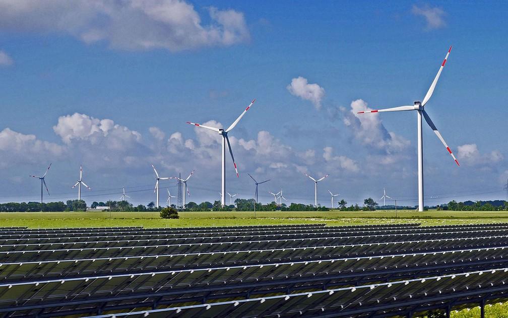 Em duas décadas, as energias eólica e solar vão representar quase metade da capacidade elétrica instalada no mundo — Foto: hpgruesen/Creative Commons