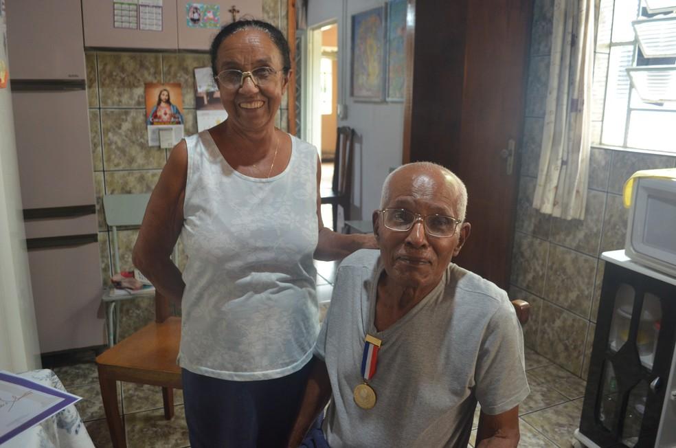 Adão Francisco e a esposa Toninha — Foto: Aline Costa/G1