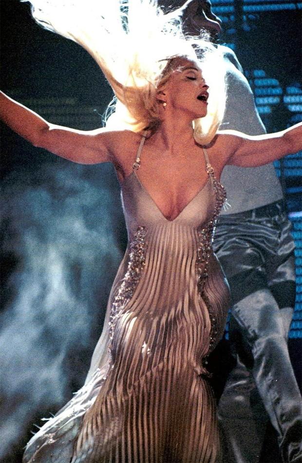 Madonna no Brit Awards em 1995 (Foto: Reprodução / Pinterest)