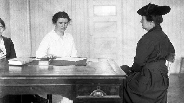 Ethel Byrne, irmã de Margaret Sanger, atende mulher em clínica criada pela ativista (Foto: Getty Images via BBC News Brasil)