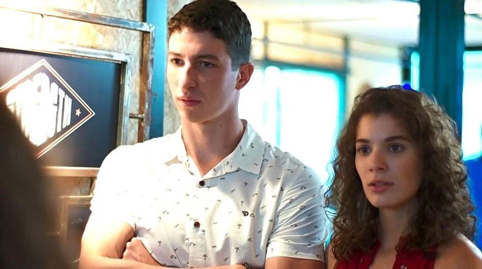 Meg (Giulia Bertoli) e Beto (John Buckley) não se convencem com a explicação de Rita em Malhação - Toda Forma de Amar — Foto: Globo