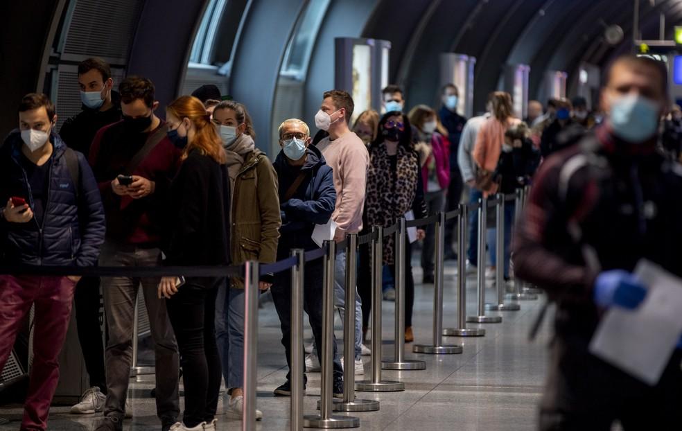 Passageiros formam fila para fazer teste da Covid-19 no aeroporto de Frankfurt, na Alemanha, nesta quinta-feira (22) — Foto: Michael Probst/AP