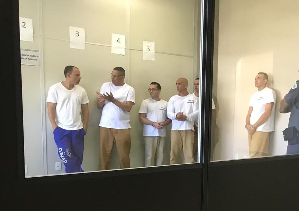 Presos no fórum de São José dos Campos antes da audiência no procedimento para averiguar a conduta de Acir, autor do livro — Foto: G1 TV Vanguarda