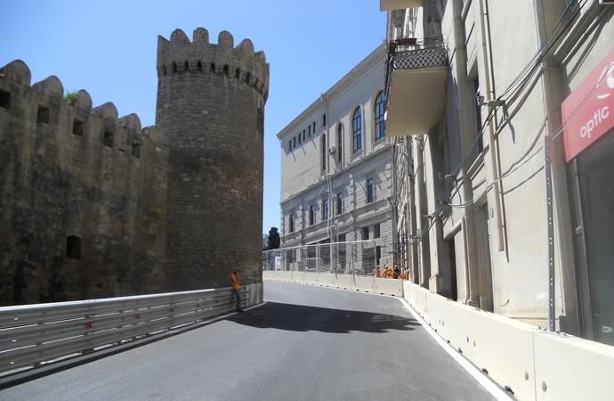 A curva 8, da Torre Giz Galasi, do século XII. Lenta, passa um carro da cada vez, apenas Circuito de Baku Azerbaijão Formula 1 (Foto: Livio Oricchio)